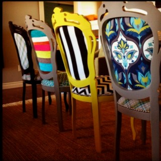 Passato presente e futuro arredare con stile for Tavolo legno con sedie colorate
