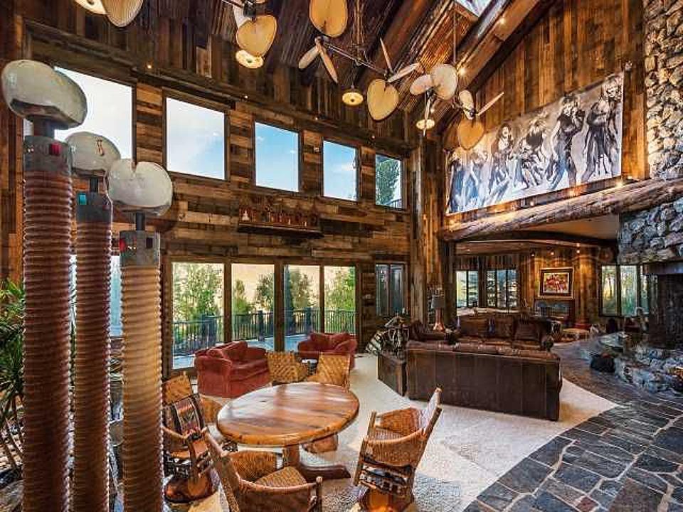 la casa con la cascata in salotto