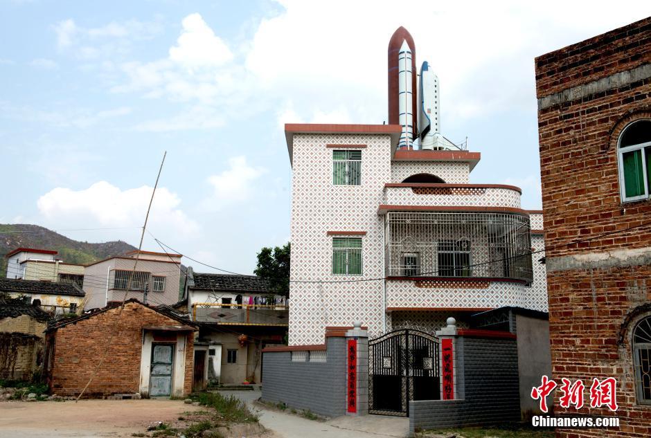 La casa con la navicella spaziale sul tetto for Piani della casa sul tetto