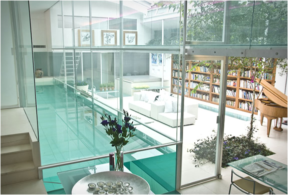 Una piscina con la casa intorno for Case con casa suocera