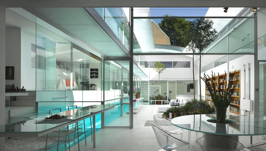 Una piscina con la casa intorno for Design della casa con piscina