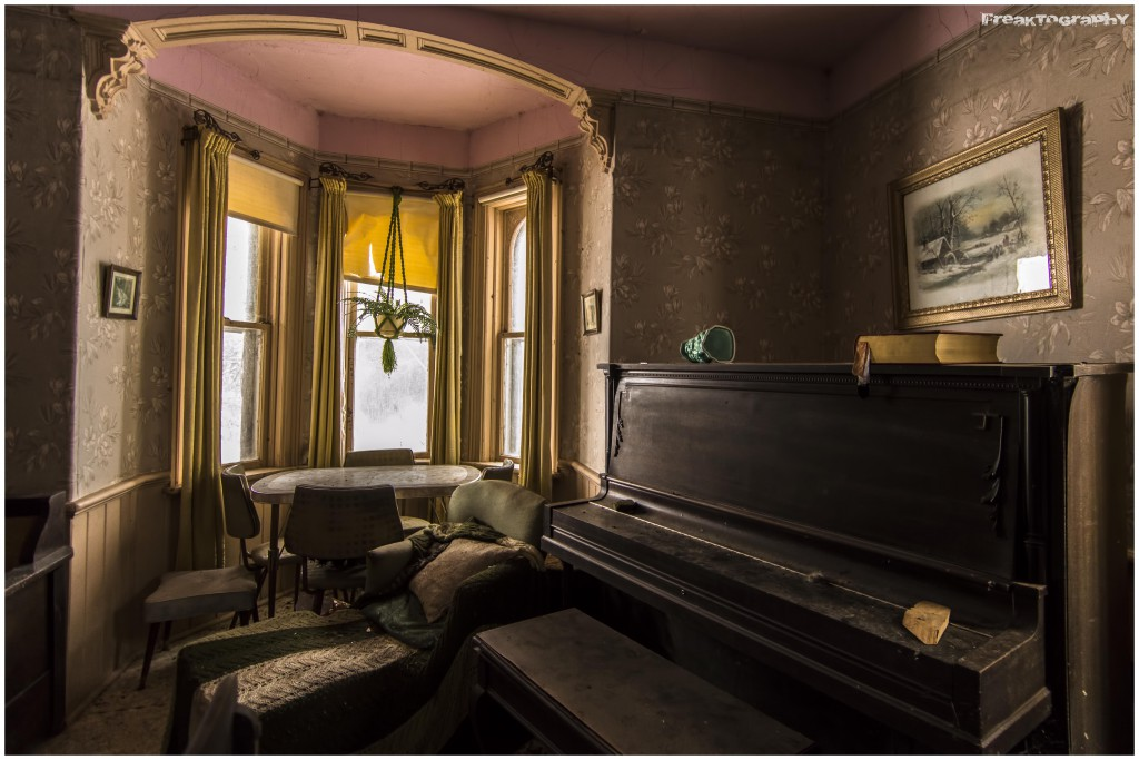 abandoned-house-piano
