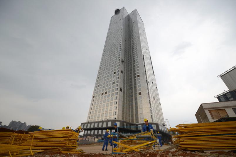 Un grattacielo di 57 piani costruito in 19 giorni for Piani di cabina di 800 piedi quadrati