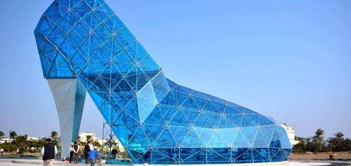 chiesa di vetro a forma di scarpa