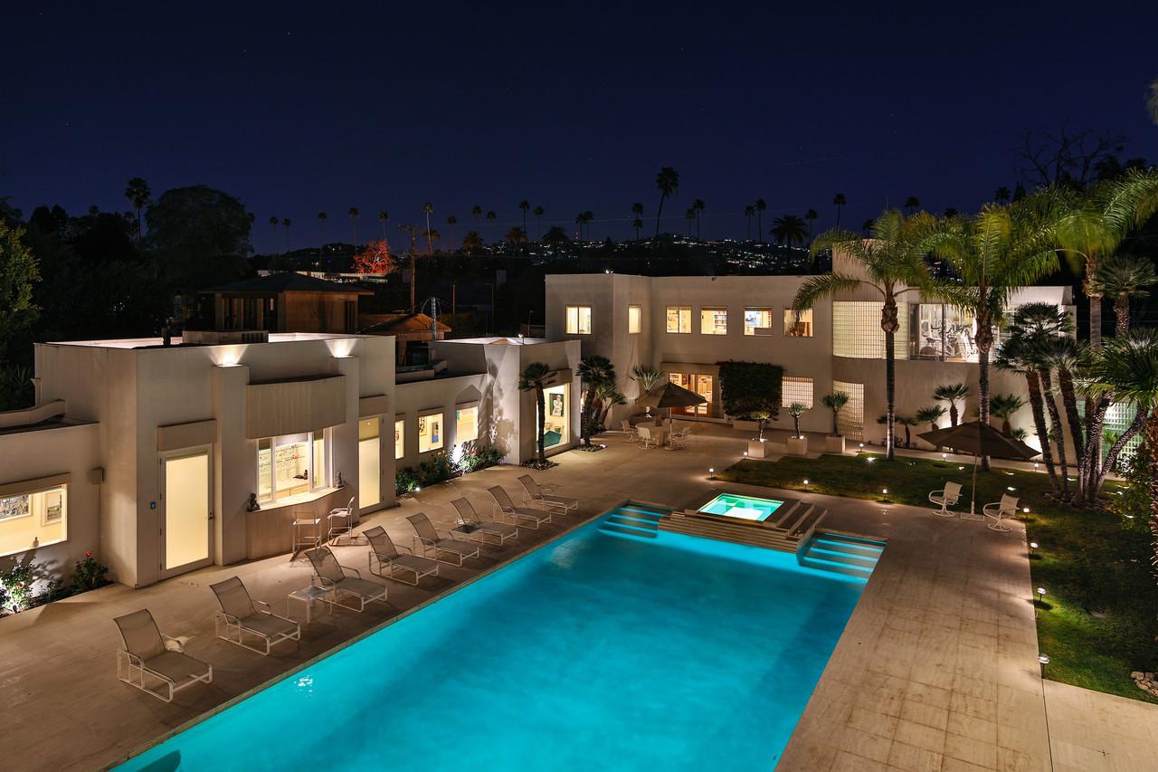 Jackie collins in vendita la villa della signora di for Piani del cortile con piscine