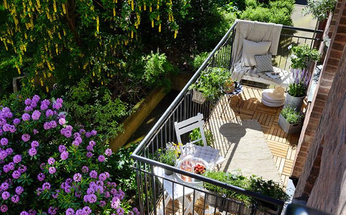 21 idee per arredare un piccolo balcone for Arredamento per terrazzo piccolo