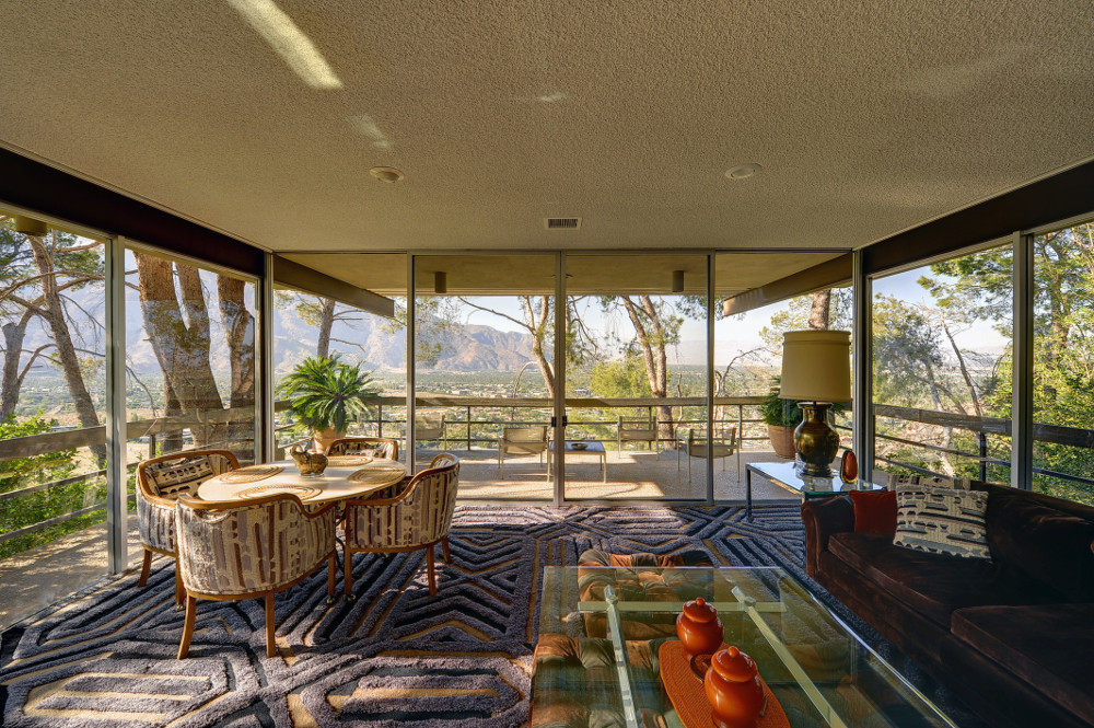 L'incredibile vista del salone della villa di Steve McQueen a Palm Springs