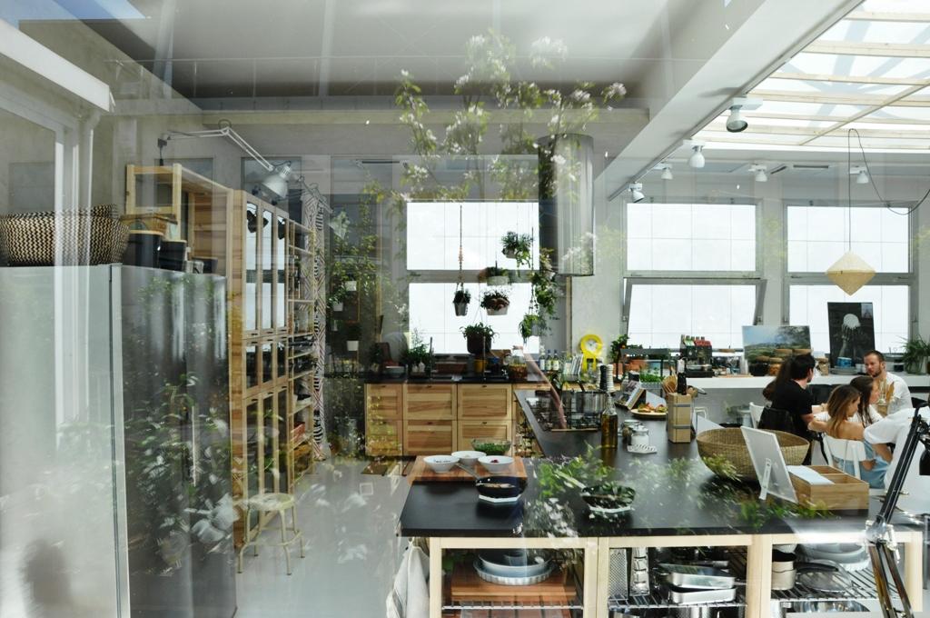 ... collezione di mobili, complementi e tappeti in una esposizione evento