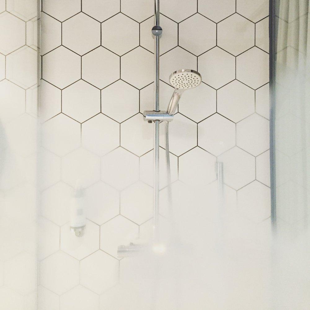 Pulire le guarnizioni annerite del box doccia - Muffa nella doccia ...