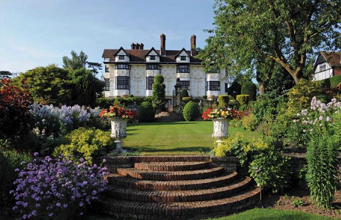 Rod stewart vende la super villa nella campagna inglese for Design di casa di campagna inglese