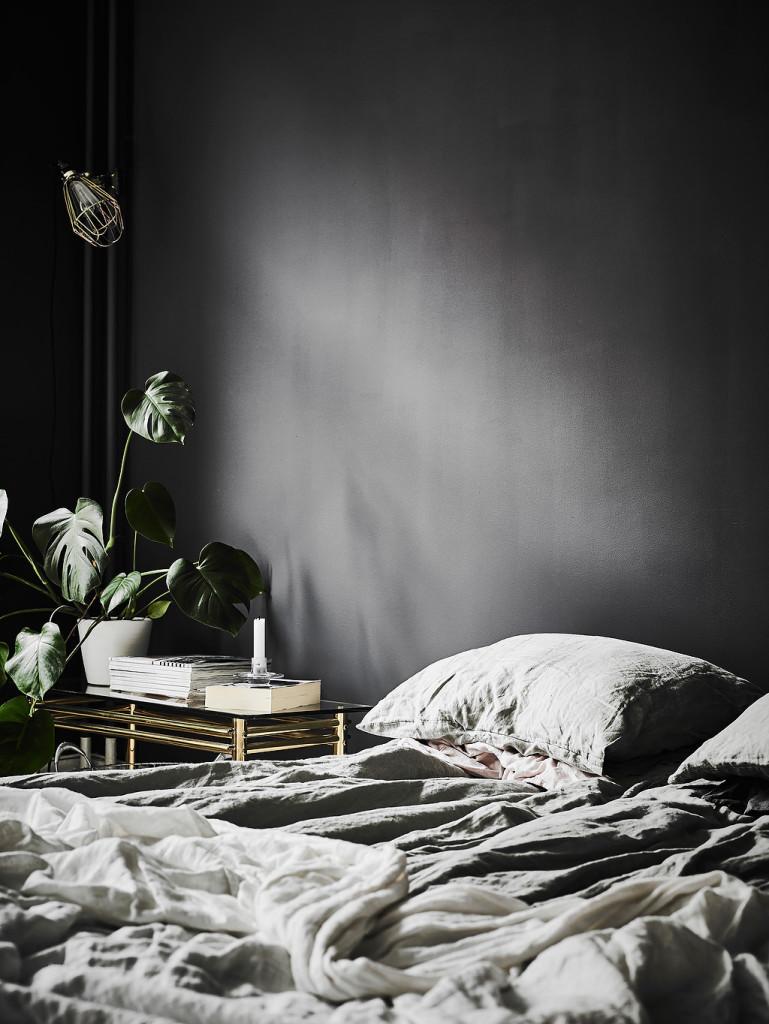 bilocale-pareti-nere_letto01