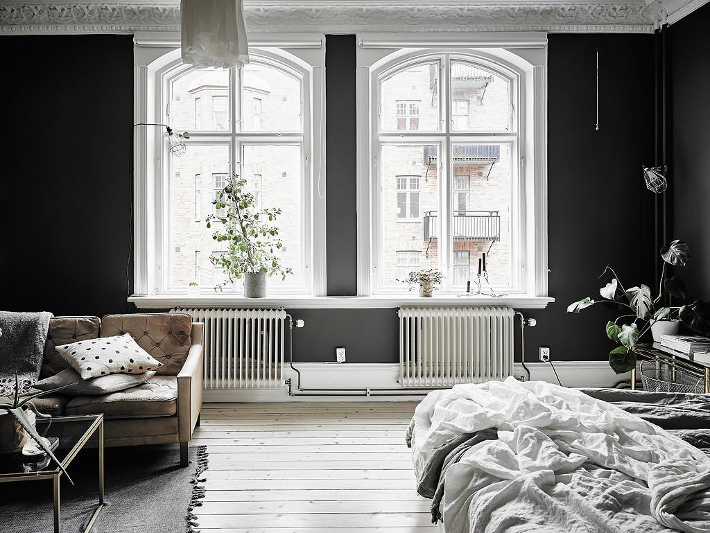 Pareti nere e dettagli bianchi per un bilocale for Best home decor blogs 2016