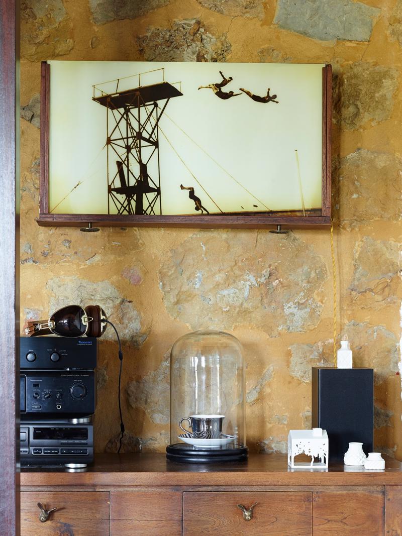 Al muro un'opera di Felicia Strehmel - Fotografia di Rachael Smith