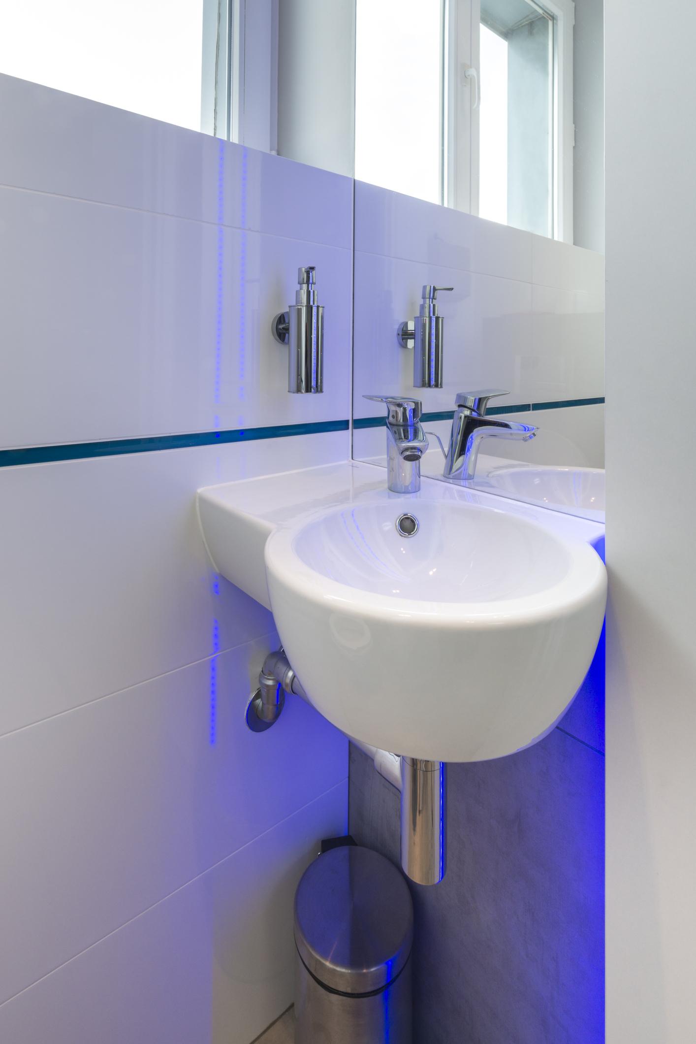 Nuove idee e consigli per progettare e arredare un bagno - Bagno piccolissimo misure ...