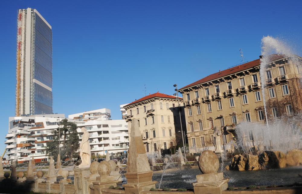 EUROPE , ITALY , LOMBARDY , MILAN ,  CITY LIFE DISTRICT , GIULIO CESARE SQUARE , FOUR SEASON FOUNTAIN , ARATA ISOZAKI TOWER