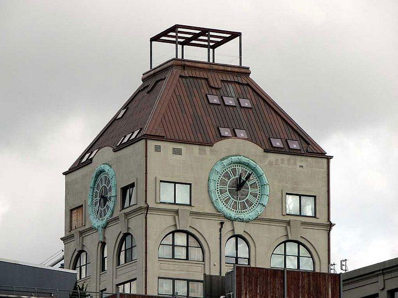 Vendita record per l'iconica casa dell'orologio di Brooklyn: l'attico è stato venduto ad un noto mercante d'arte per 15 milioni di dollari.