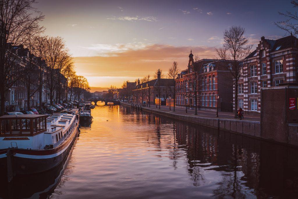 Amsterdam la ciittà dei millennials / Photo by Piotr Chrobot on Unsplash