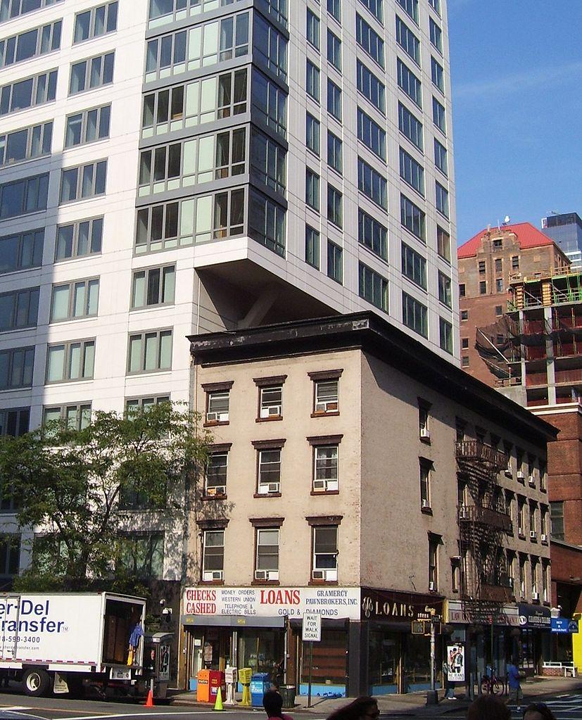 Un esempio di utilizzo di Air Rights di un edificio che non ha sfruttato l'altezza (Foto:  By Beyond My Ken , via Wikimedia Commos)
