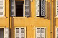 La Cassazione si è occupata ancora una volta della problematica delle spese della facciata condominiale chiarendo come le stesse vadano ripartite